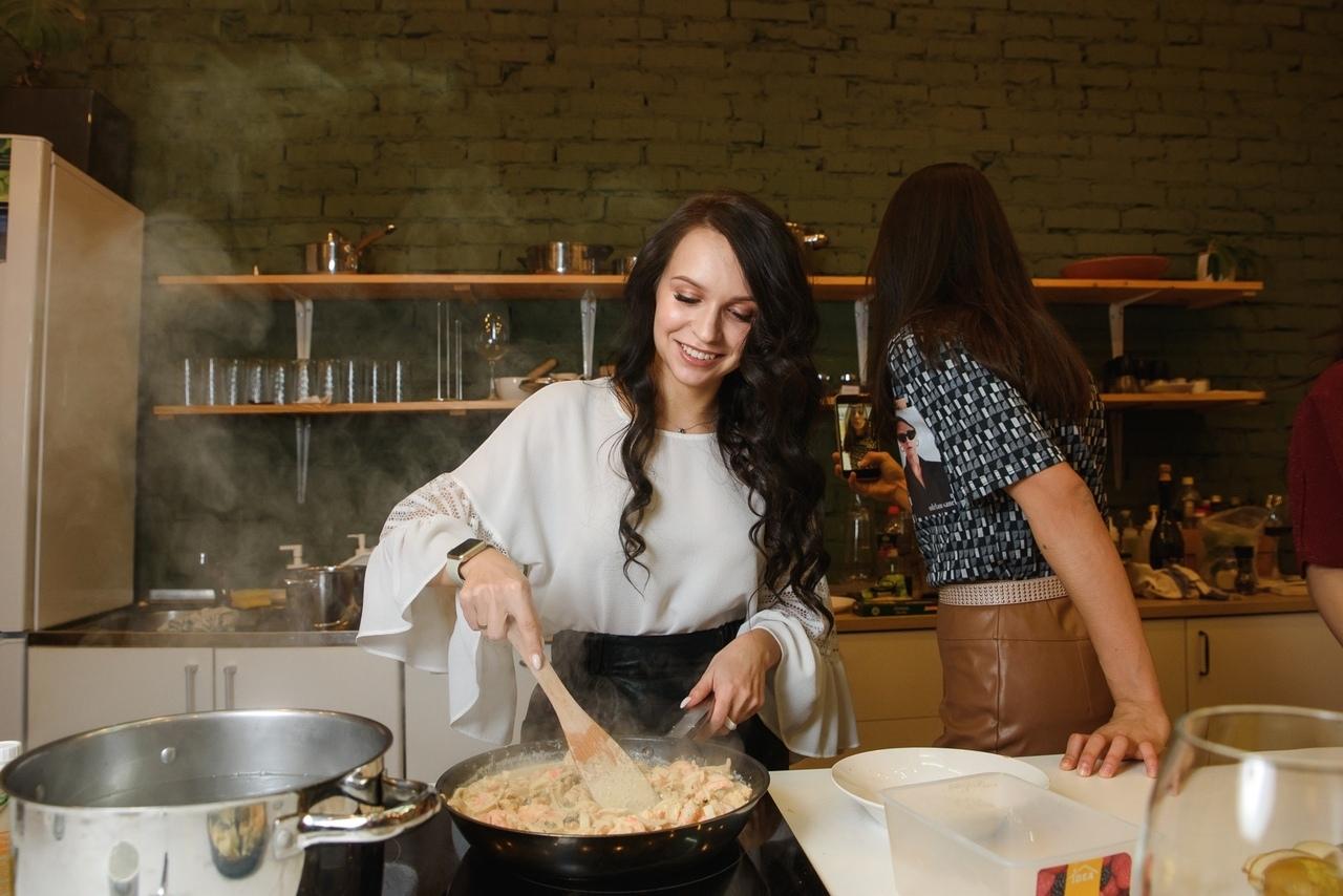 О, как прекрасна наша женщина на кухне,