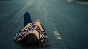 Человек на дороге лежит