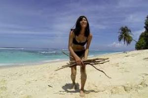 Двое мужчин и женщина на необитаемом острове
